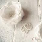 Bijou de tête mariée fleur et dentelle ornée de perles 'Charlotte'