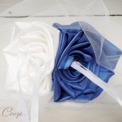 Mariage bleu roi blanc porte-alliances fleur original chic