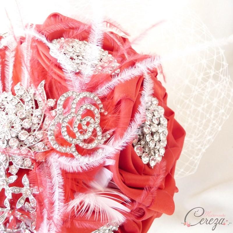 1b4c8831bfd bouquet bijou broches rouge ivoire mariage original atypique chic