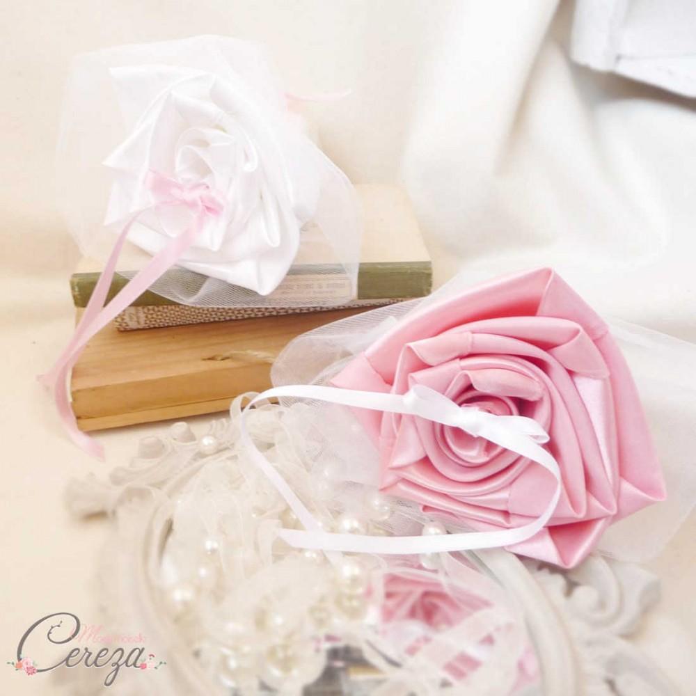 mariage rose blanc porte alliances duo fleurs mariage original. Black Bedroom Furniture Sets. Home Design Ideas