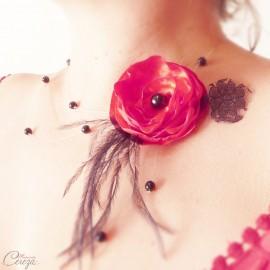 Collier mariée fleur dentelle plumes rouge noir cabaret personnalisable 'Olivia'