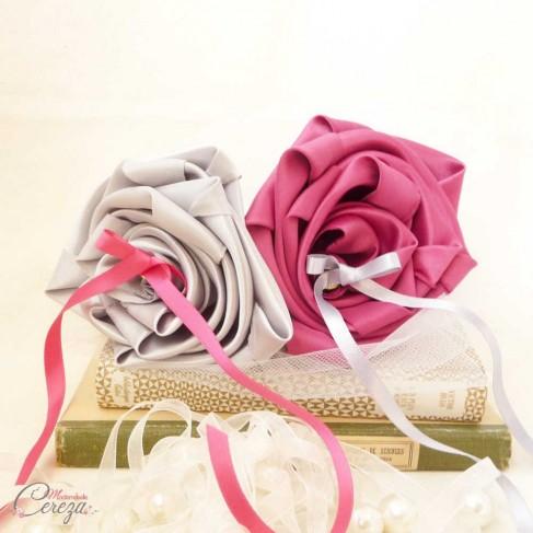 Coussin alliances rose fuchsia gris perle argent original fleur personnalisable 'Simplicité'