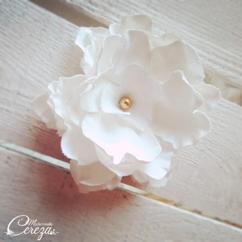 Barrette fleur blanche doré - Accessoire coiffure invitée mariage sur-mesure