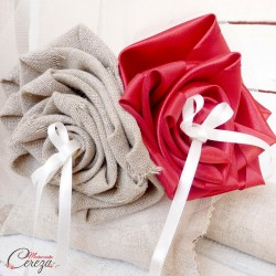 Porte-alliances mariage champetre chic retro bouquet rouge beige lin jute
