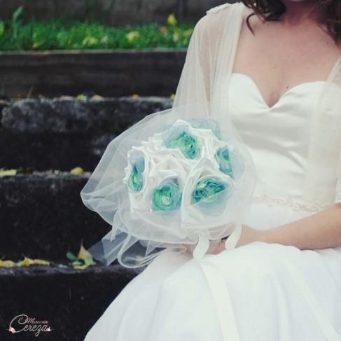 Bouquet de mariée en tissu satin, organza et perles ivoire, bleu gris et vert d'eau 'Sidonie'