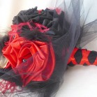 Bouquet de mariage cabaret baroque gothique rouge noir plumes et dentelle