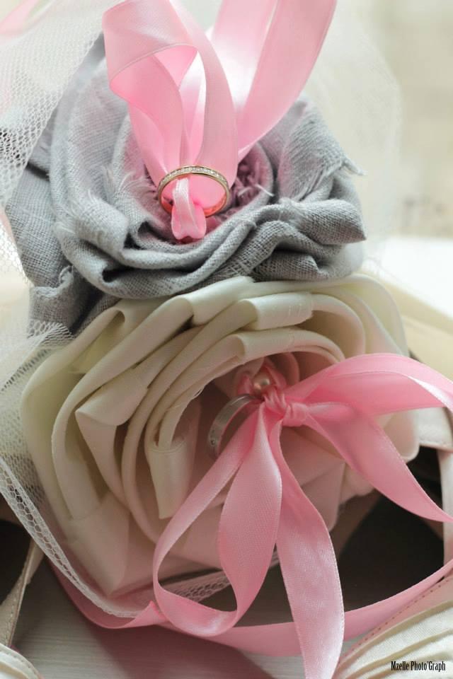 bouquet porte alliance mariage original tissu lin gris perle satin ivoire touche rose cereza deco