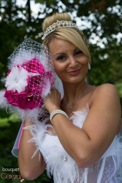 mariage cabaret blanc fuchsia plumes voilette rela wedding bouquet de mariee original tissu plumes strass