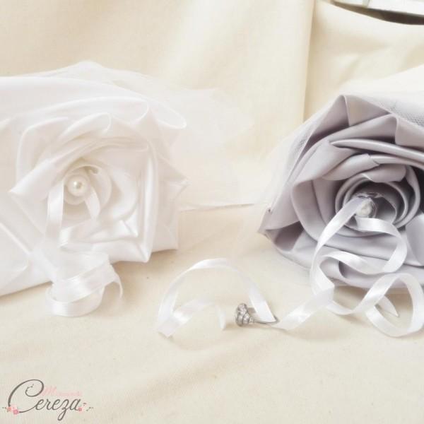 porte alliance duo fleur coussin personnalisé mariage blanc argent cereza mademoiselle
