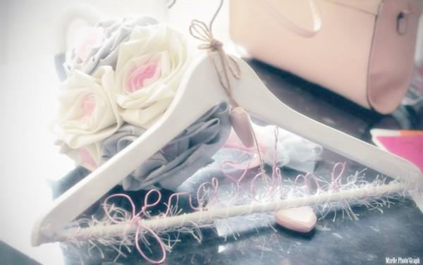 cintre personnalise mariage rose gris ivoire Mademoiselle Cereza blog mariage