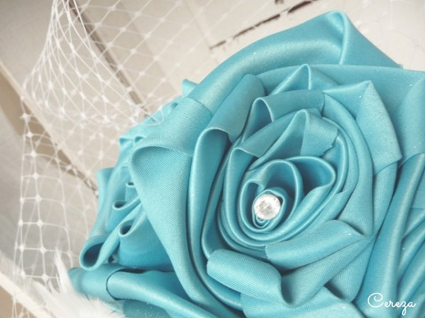 mariage turquoise, blanc et plumes bouquet mariage bijou cereza