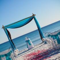 idée cérémonie laïque mariage sur la plage turquoise blanc arche