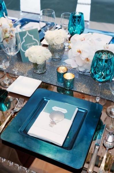 idée deco table mariage turquoise blanc orchidée touches de noir et argent 2