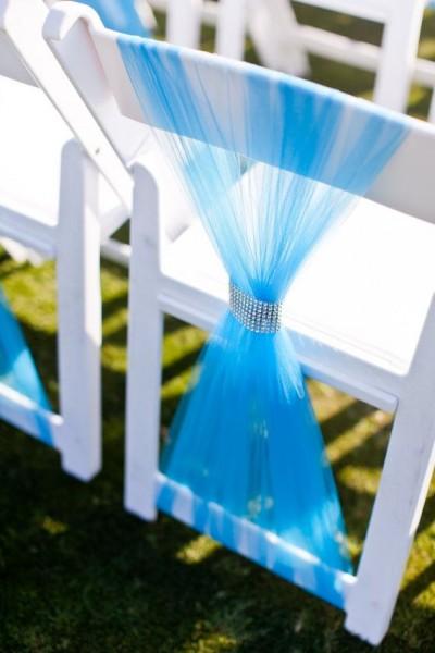 idées mariage turquoise blanc déco chaise drapé de tulle