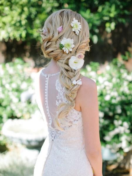 idées de coiffure mariée bohème cheveux longs boheme fleurs piquées tresses epi travaillées