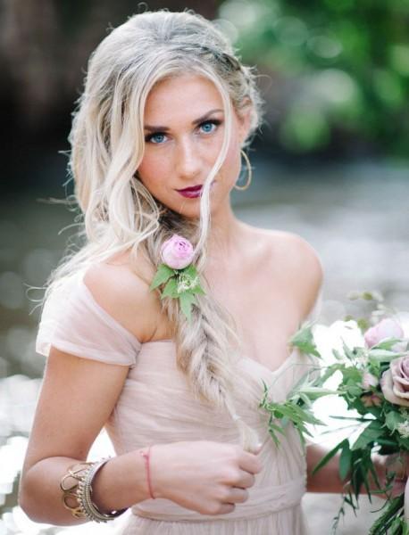 idées de coiffure mariée bohème cheveux longs boheme fleurs tresse épi côté bouton de rose