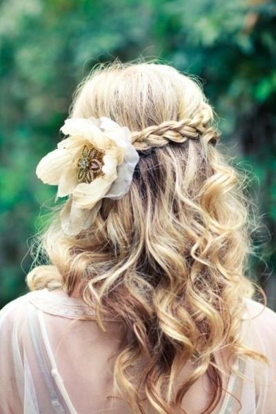 idées de coiffure mariée bohème cheveux longs boheme fleurs tresse couronne arriere