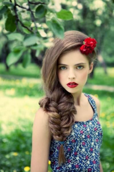 idées coiffure mariée cheveux longs boheme fleurs tresse lache lolita