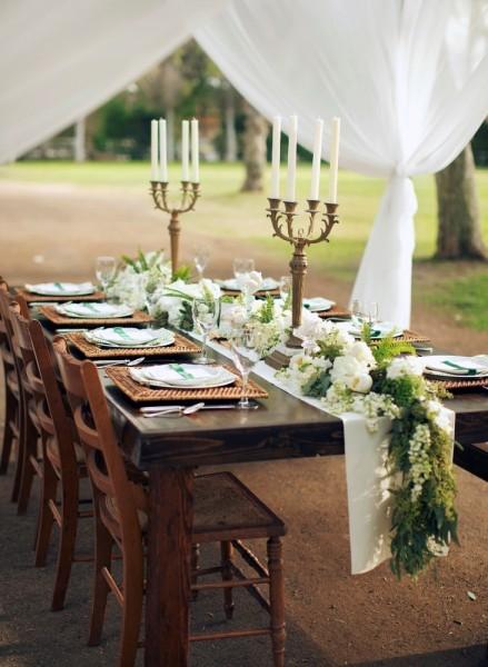 idées mariages élégants chics ivoire chocolat déco salle chapiteau élégant chandelier table bois brut
