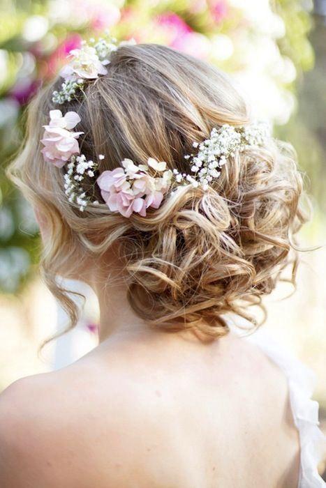 chignon de mariage boheme chic romantique couronne fleurs