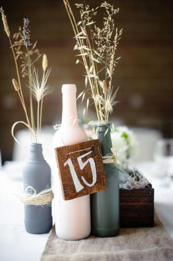 mariage rustique champetre chic numero table peint sur bois et bouteilles customisées cereza blog mariage