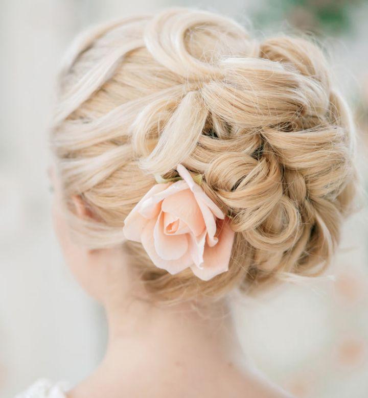 chignon blouclé romantique idée coiffure Mademoiselle Cereza blog mariage