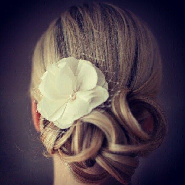 idée coiffure mariée chignon bouclé bijou de tete floral