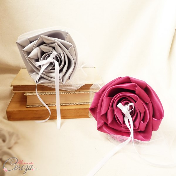 mariage gris perle rose fuchsia blanc porte-alliances duo