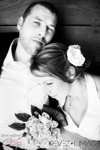 chignon de mariage bas et fleur bijou
