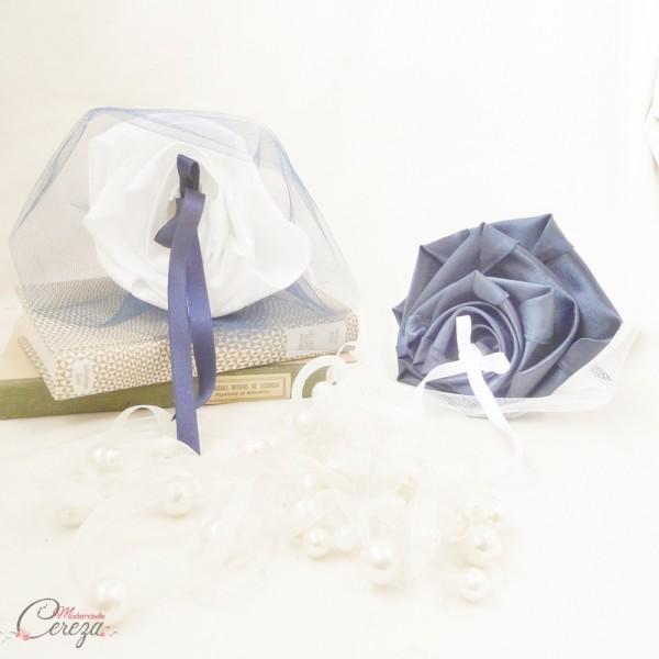 fleurs colorées et bijoux mariage bleu marine blanc coussin alliances