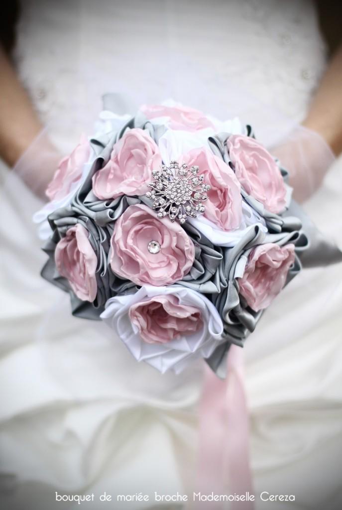mariage rétro chic romantique bouquet de mariée bijou rose poudré gris clair blanc broche Melle Cereza