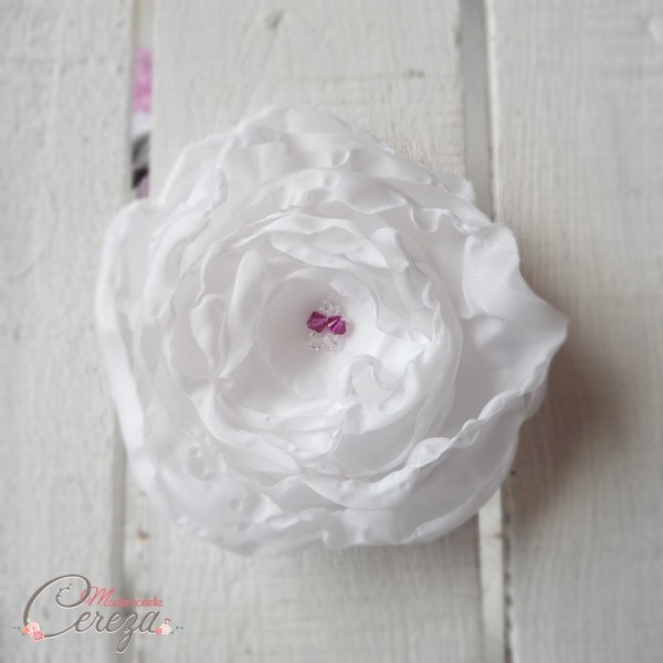 broche-fleur-blanche-touches-rose-fuchsia-melle-cereza-deco-1